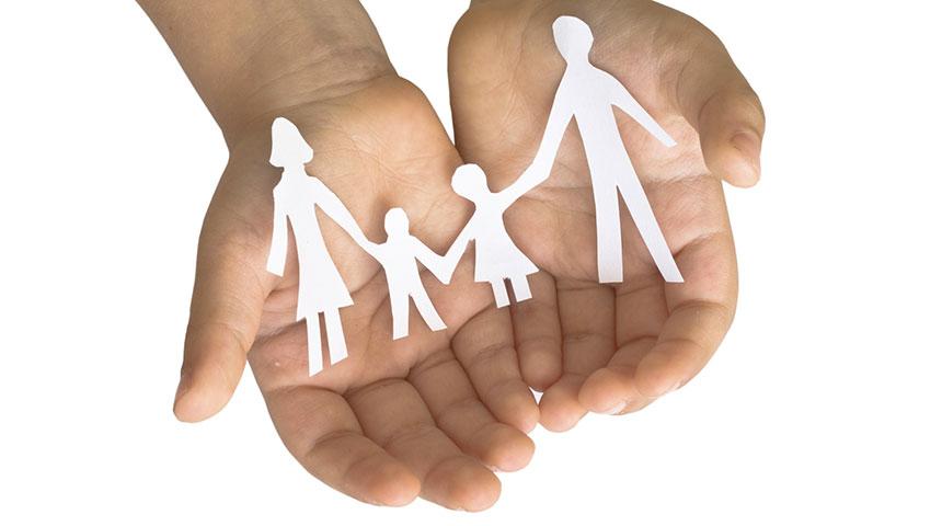 Crisi ed economia: mani tengono ritaglio in carta di famiglia - SITO NUOVO