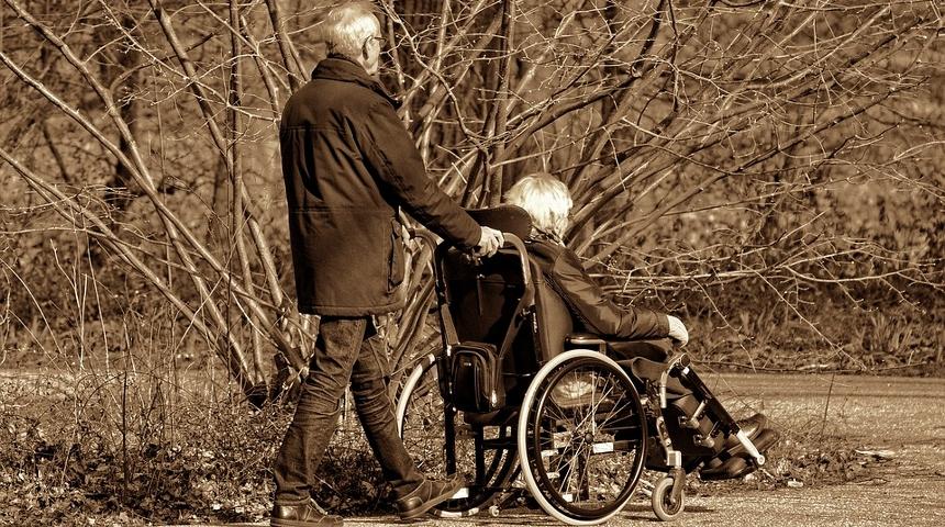 caregiver uomo e donna anziana