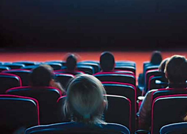 Cinema accessibile, persone sedute in platea
