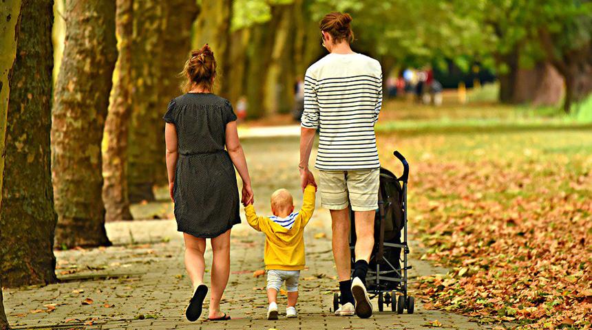Famiglia a passeggio nel parco