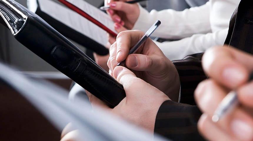 Giornalisti. Mani che scrivono su block notes