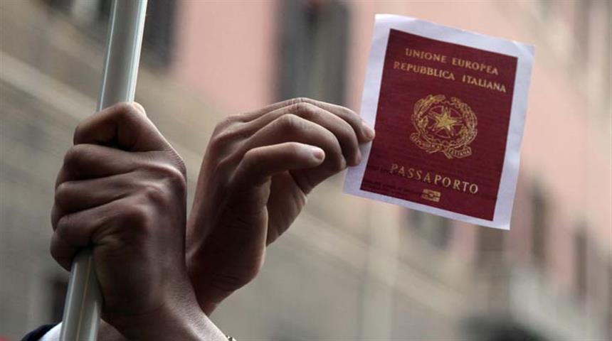 Immigrati in Italia. Mani e passaporto - SITO NUOVO