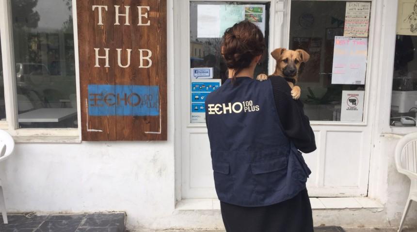 Una volontaria davanti all'ingresso dell'Hub di Leros