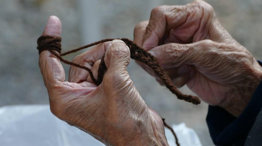 Le mani di una donna durane l'attività di cucito