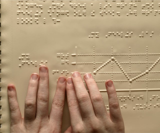 Mani leggono in Braille