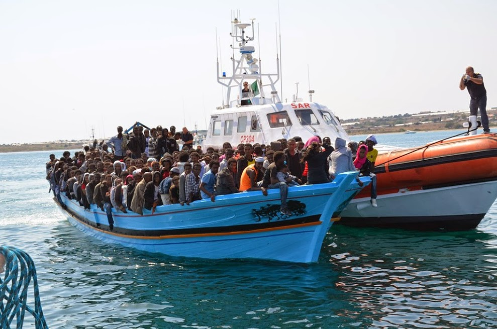 Migranti. Barcone e Guardia costiera