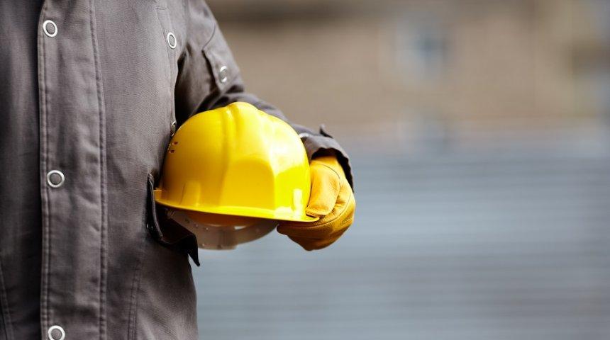 Sicurezza sul lavoro, casco e guanti