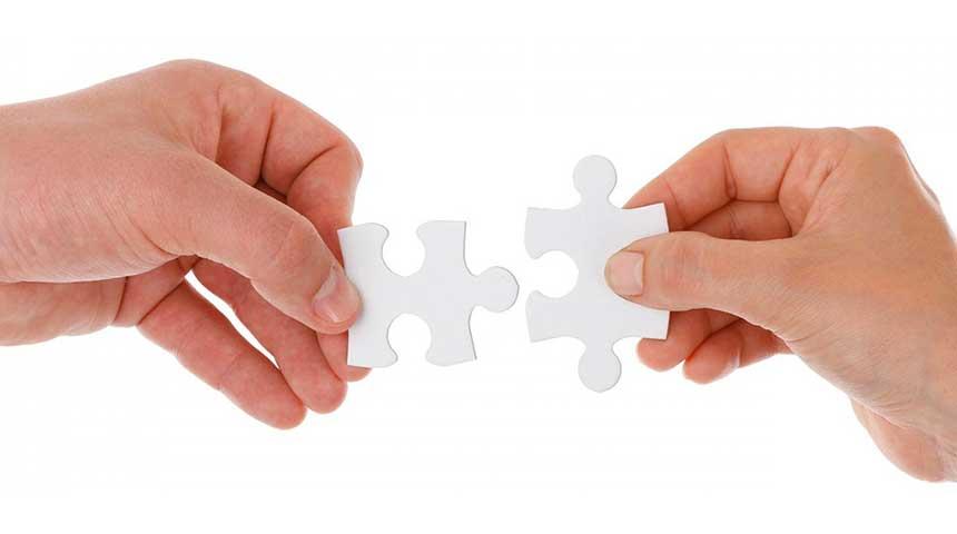Terzo settore, cooperazione (mani tengono pezzi di puzzle)